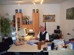 Herr Meinel in seinem Büro - am Schreibtisch.